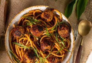 Makkaroni in aromatischem Bärlauch-Tomaten-Pesto
