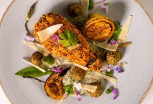 Garniert mit lieblichem Sauerklee und essbaren Blüten von Wildkräutern