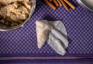 Schritt 5: Eine Seite des Reispapiers einklappen