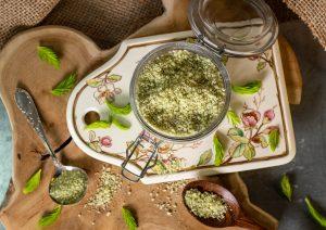 Leicht ätherisch, würzig-duftend, was überraschend gut zu vielen Gerichten passt