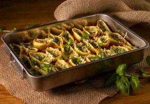 Innen mit Ricotta-Spinat-Füllung, auf Bolognese gebettet