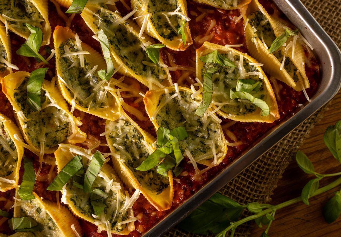Muschelnudeln mit Ricotta-Spinat-Füllung auf Bolognesesauce