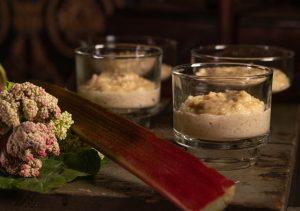 Veganer Milchreis mit Zimt bildet die Grundlage für dieses Dessert