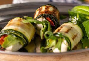 Ricottaersatz eingerollt in gegrillte Zucchinischeiben