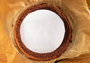 1. Den äußeren Ring entlang der Schablone mit einem scharfen Messer ausschneiden