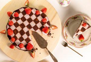 Bestehend aus einer sahnigen Erdbeercreme und Schokoladenteig!