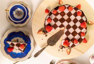 Im Rezept erfahrt Ihr wie Ihr einen Kuchen mit einem Schachbrettmuster bestäubt