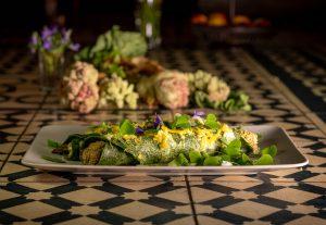 Spinatpfannkuchen gefüllt mit Rhabarberknospen und grünem Spargel