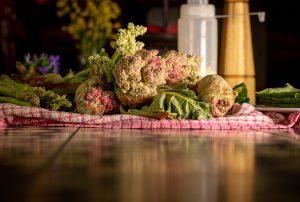 Frisch geschnittene Rhabarberknospen und frischer, grüner Spargel