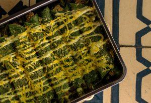 Gefüllte grüne Pfannkuchen im Ofen überbacken