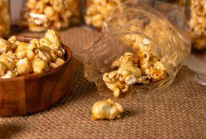 Eine knusprige Salzkaramellhülle umhüllt frisches Popcorn
