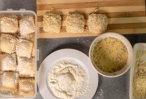 Panieren der veganen Käseravioli
