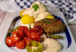 Mit Kartoffeln, Linsenbouletten und gegrilltem Gemüse