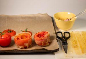 Umwickeln der Tomaten mit Reispapier Bacon