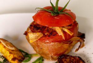 Mit Bulgur und pflanzlichem Hack gefüllten Tomaten