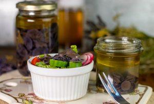 Essigpilze auf knackigem, frischen Salat