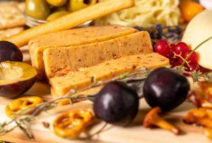 Kartoffelkäse - veganer Käse - mit Chili und getrockneten Tomaten