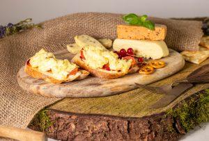 Veganer geriebener Käse, überbacken auf Brot