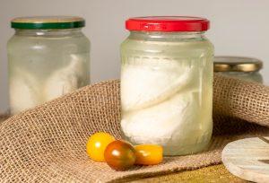 In Salzlake eingelegt wird der Käse noch echter