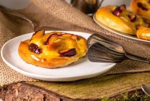 Pflaumen-Käsekuchen-Schnecken mit regionalen Früchten