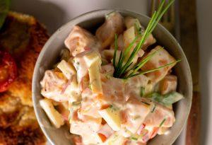 Hausgemachter Süßkartoffelsalat mit knackiger Paprika und fruchtigem Apfel