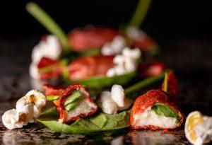 Amuse Bouche gefüllt mit veganem Mozzarella und Basilikum