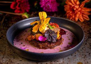 Mit essbaren Blüten von Kapuzinerkresse und Malve