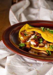 Das vegane Omelette schmeckt auch mit Pilzen aus dem Supermarkt