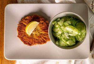 Vegan paniertes Pilzschnitzel mit Gurkensalat