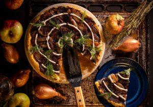 Upside-Down Schalottentarte mit Apfel und Blätterteig