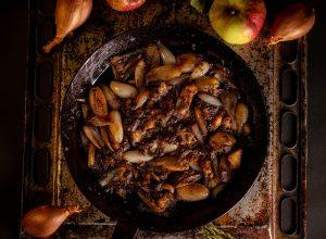 Schalotten und Apfel, in Balsamico geschwenkt