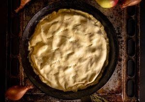 Upside-Down Schalottentarte wird mit dem Teig nach Oben gebacken