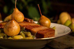 Mit schmackhaften, grünen Bohnen und erntefrischen Kartoffeln