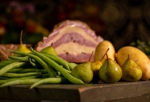 Kochbirnen sind klein. Roh auch hart und sauer, bestens für Birnen, Bohnen und Speck