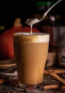 Cremiger, herbstlicher, würziger Kaffee